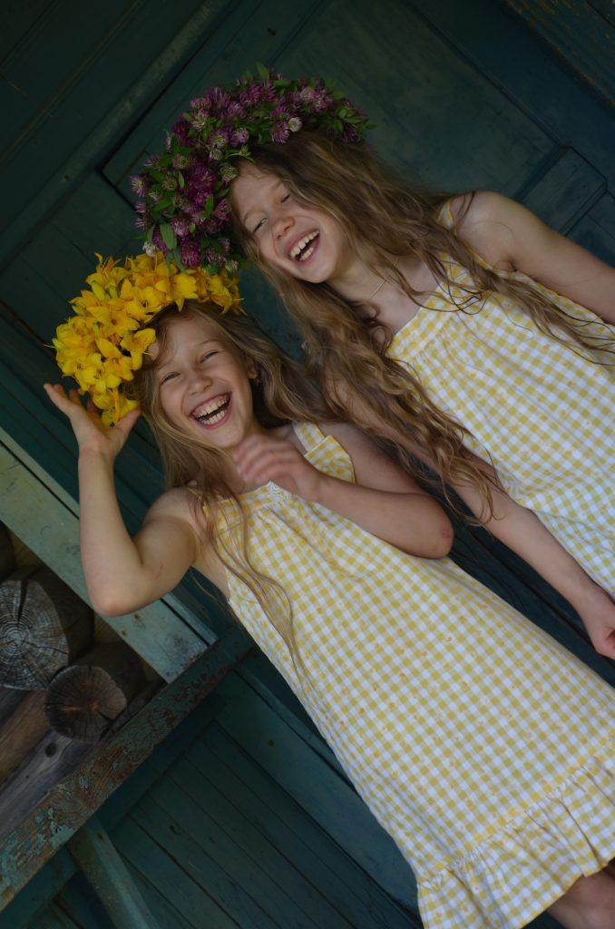 Работа «Селигерские каникулы», автор Наталья Лакотко, на фото Кристина и Мария Лакотко