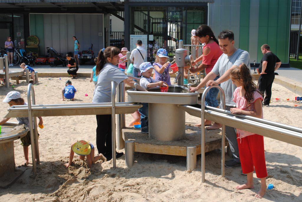 Игры с водой и добыча нефти: о необычных детских площадках рассказали москвичам