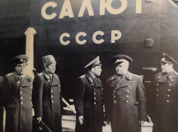 1976 год, Байконур. Николай Шестопалов (второй справа) с космонавтом Алексеем Леоновым (первый слева). Фото из семейного архива