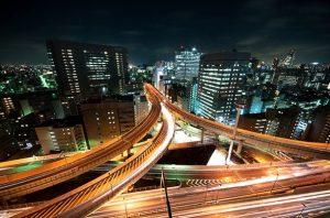 Сложные магистрали и многоуровневые развязки, связывающие окраины и центр города, есть во всех крупных мегаполисах мира, например, в Токио…