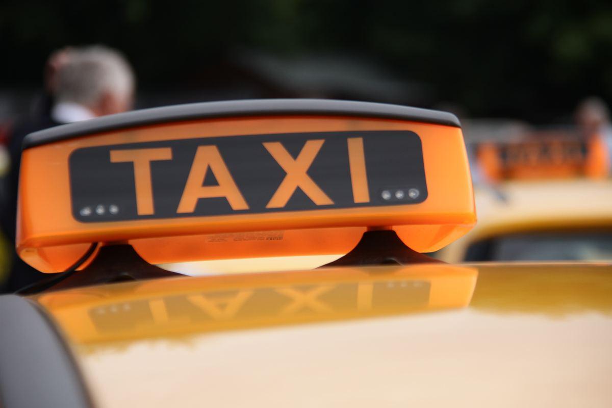 Водителям такси в Москве запретят ездить по трем выделенным полосам