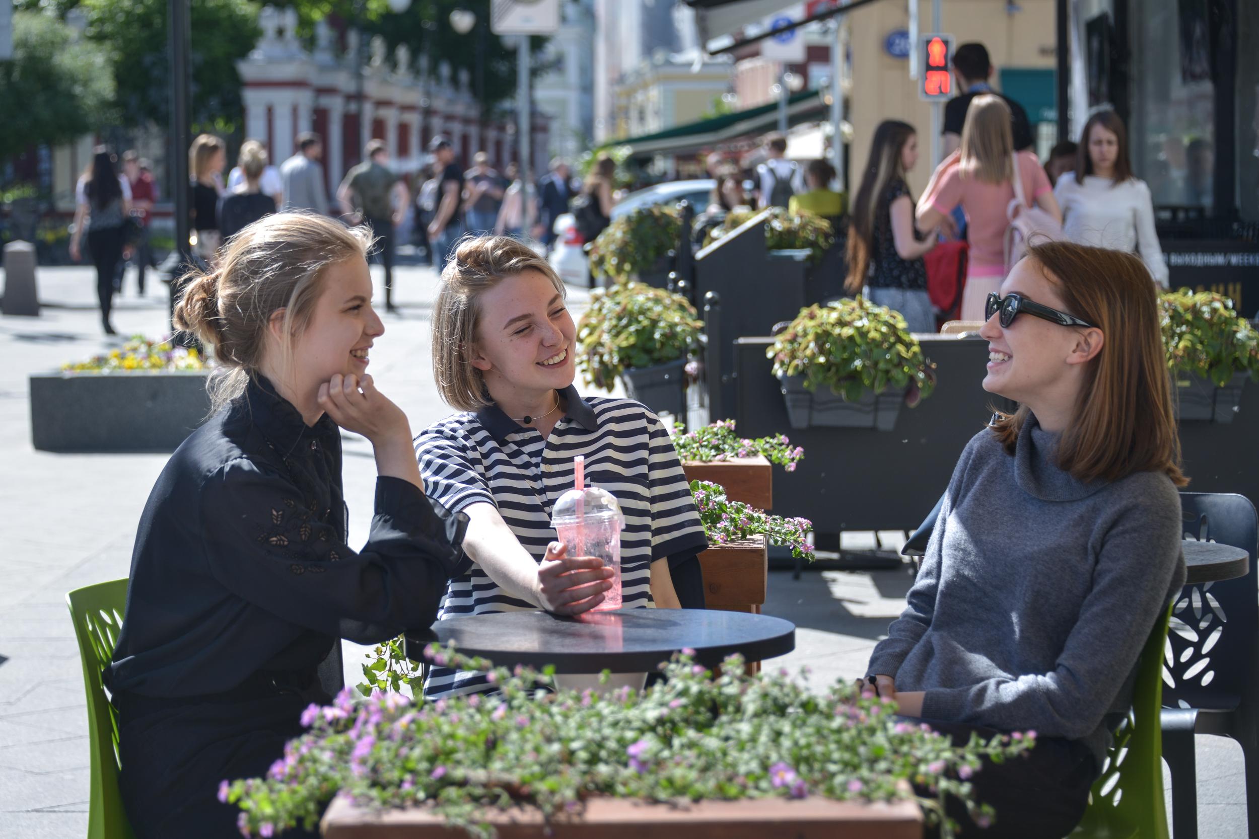 Московских рестораторов попросили закрыть летние веранды из-за непогоды