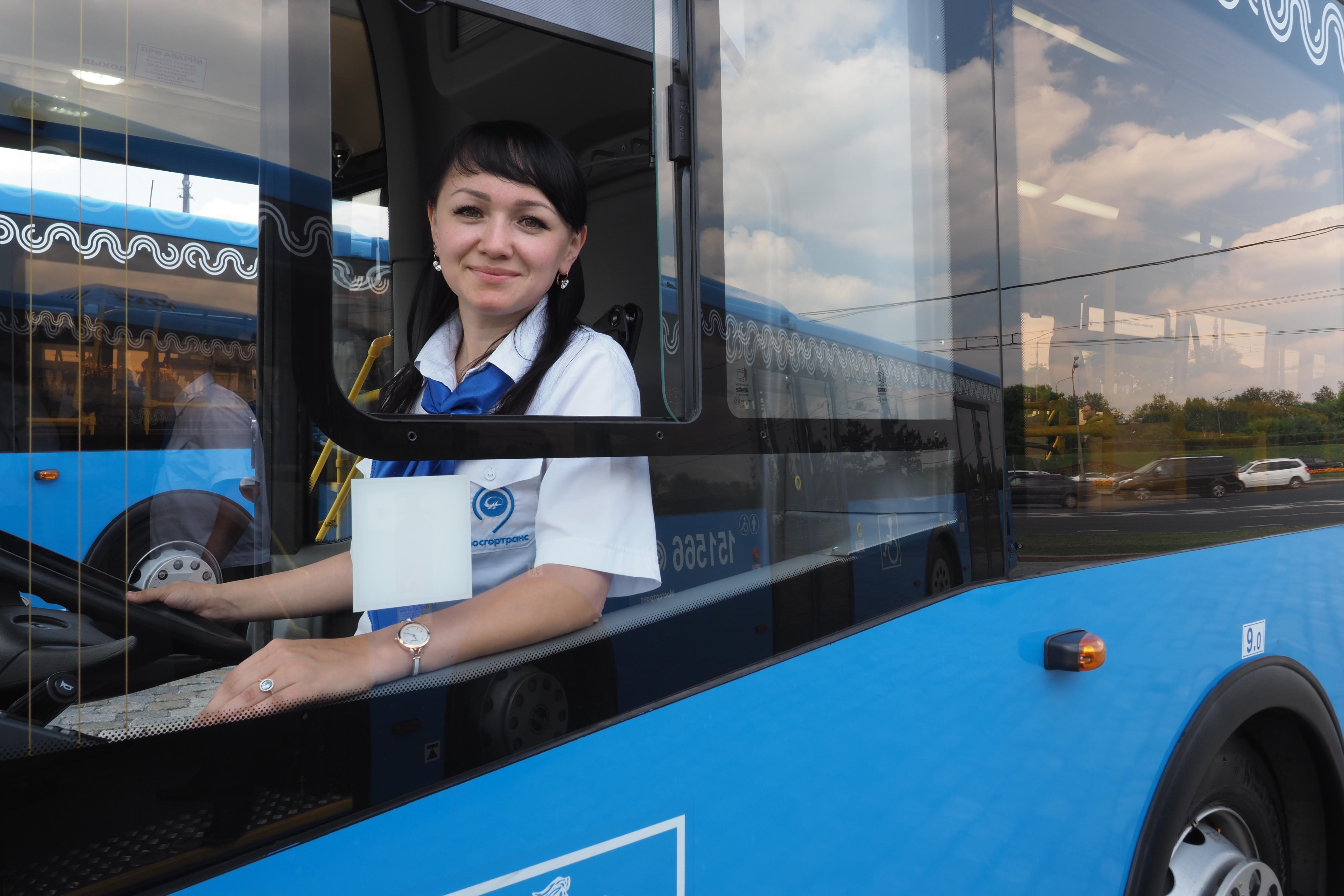 Более 400 автобусов-гигантов запустят в Москве до 2021 года