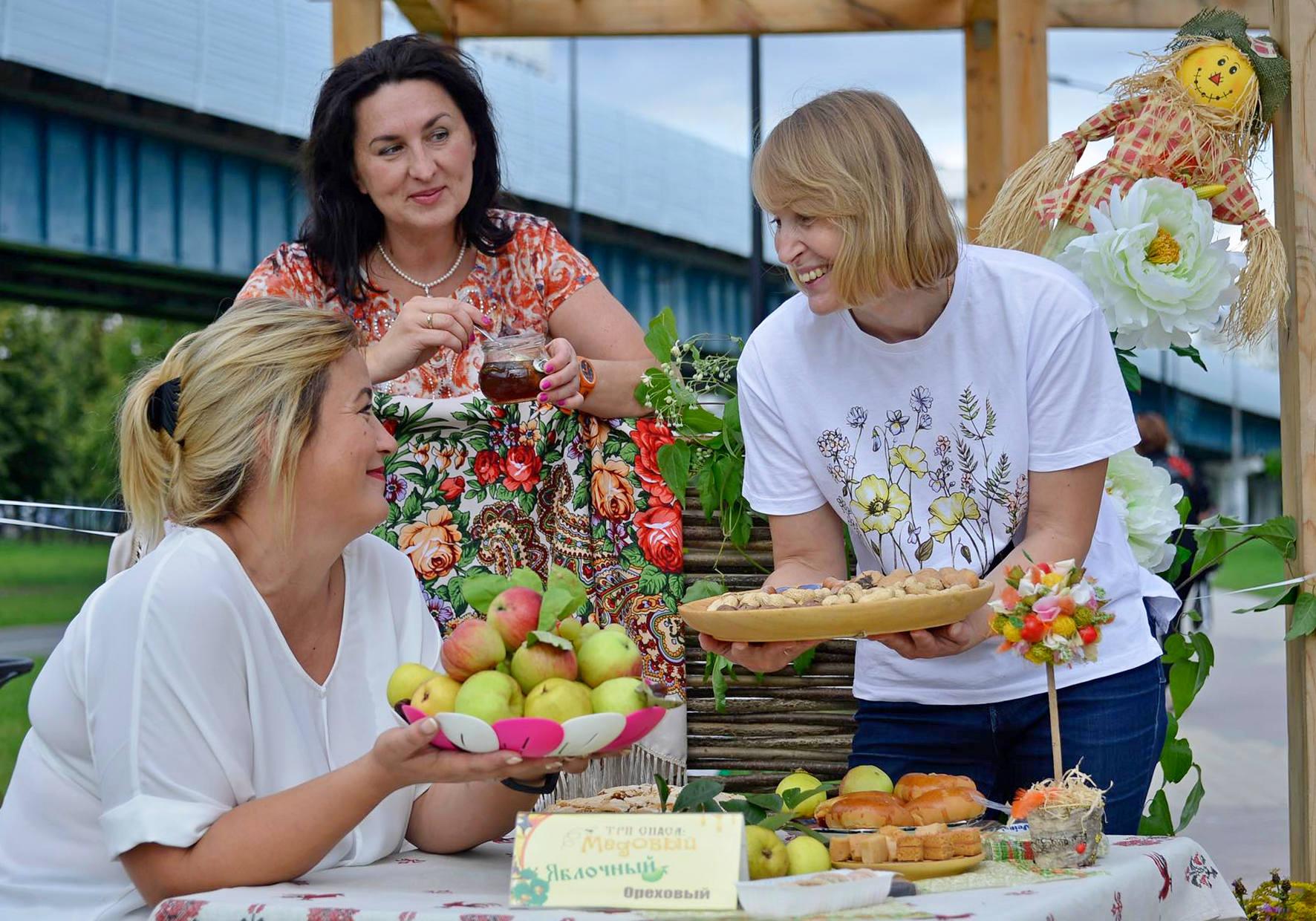 14 августа 2019 года. В прошлом году на празднике «Яблочный Спас» гостей угощали яблоками, яблочными пирогами и яблочным вареньем. Фото: Наталья Феоктистова
