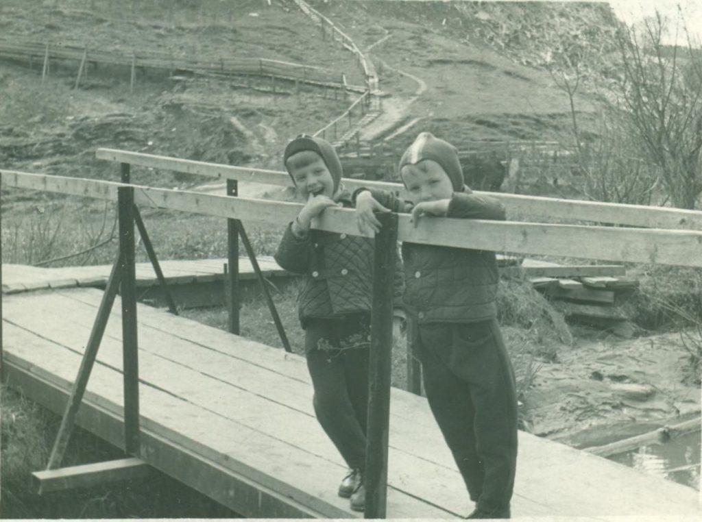Местные мальчишки стоят на мосту через Котловку. Позже через этот мост пролегал путь от Нагорной улицы до станции метро «Нагорная». Фото 1969 года. Фото: pastvu.com