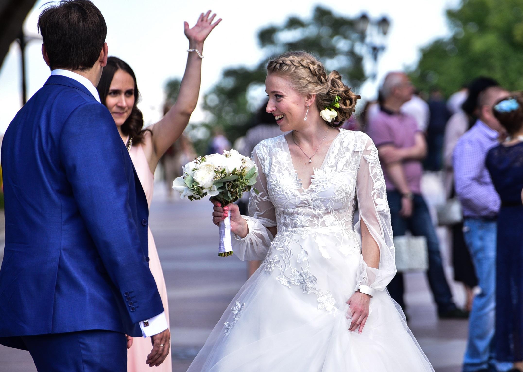 Около 650 пар сыграли свадьбу в Медовый Спас в Москве