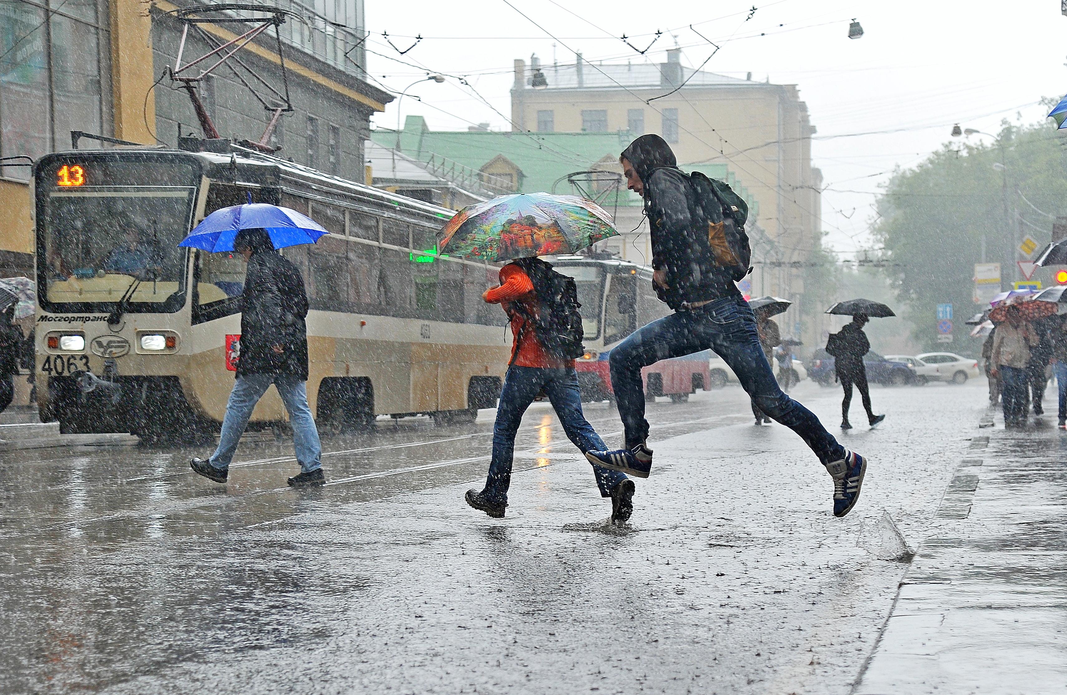 Московских водителей пригласили в метро и автобусы из-за дождей