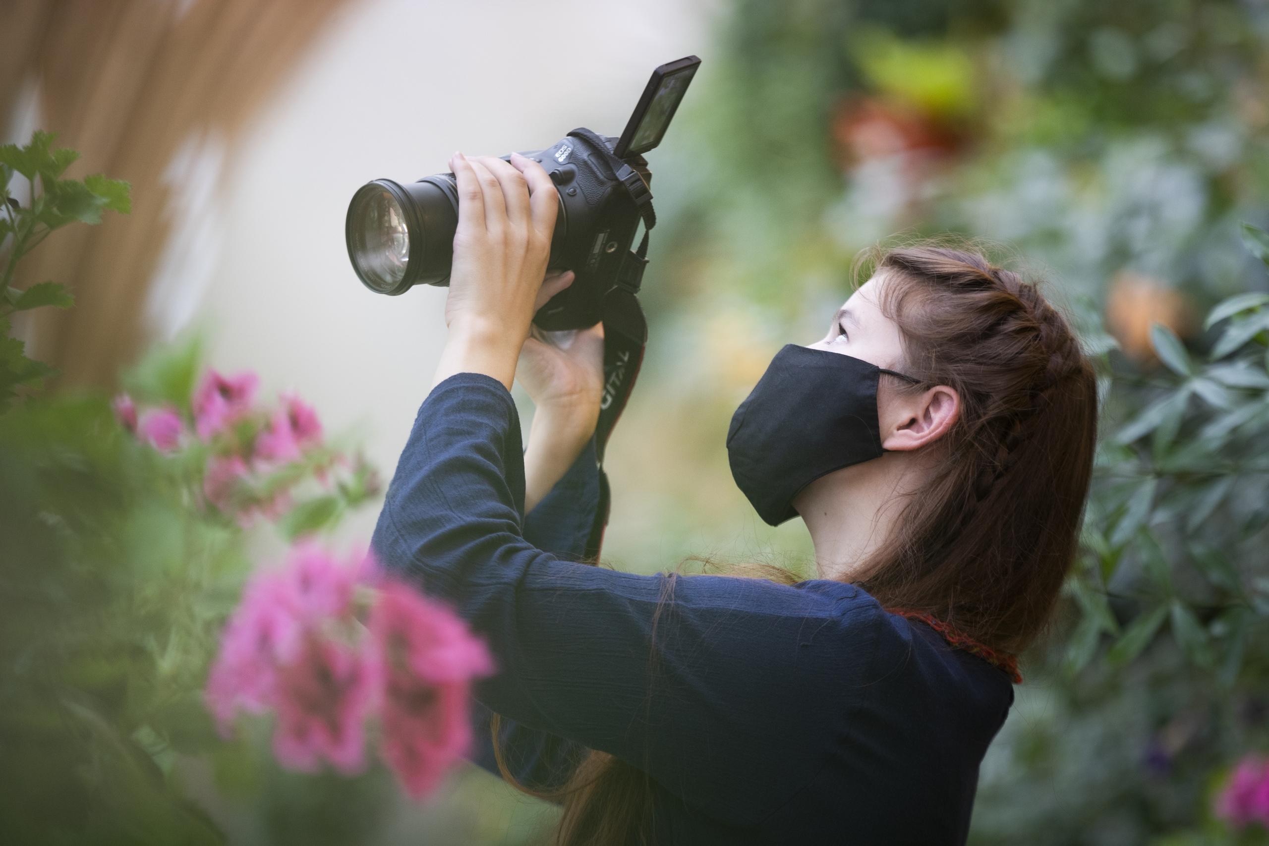 Победителям конкурса фотографии вручили цветы из Царицынских оранжерей
