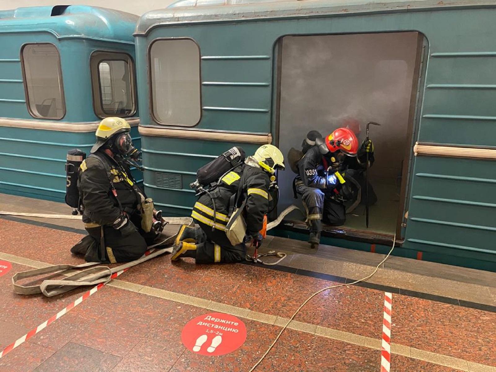 Московские пожарные и спасатели провели тактические учения в метрополитене