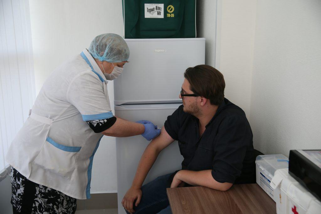1 сентября 2018 года. Медицинская сестра Светлана Гудзина делает прививку от гриппа жителю столицы Роману Солдатов. Фото: Владимир Смоляков