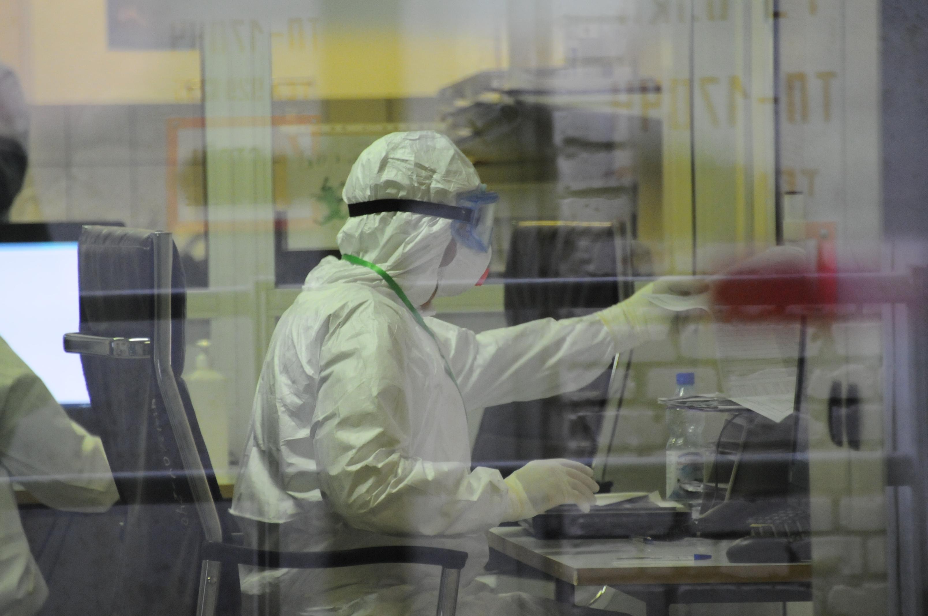 Более 900 новых случаев коронавируса выявили в Москве за сутки