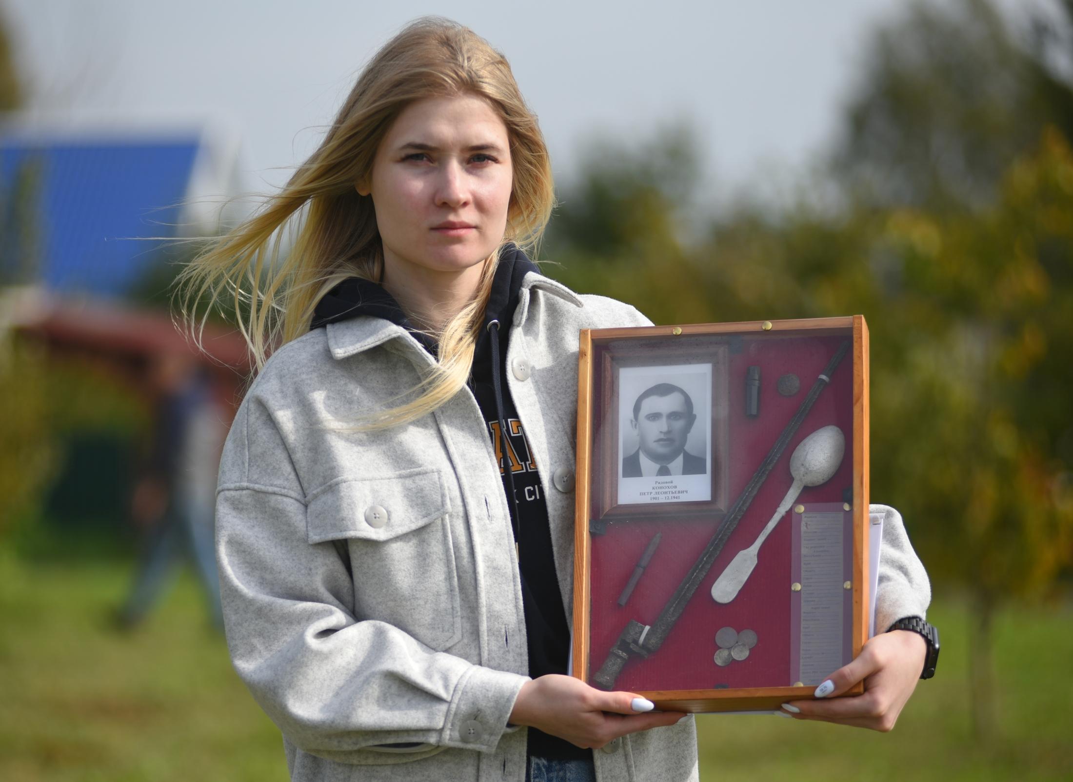 17 сентября 2020 года. Валентина Конохова с портретом прадеда и его личными вещами, найденными поисковиками. Фото: Александр Кожохин