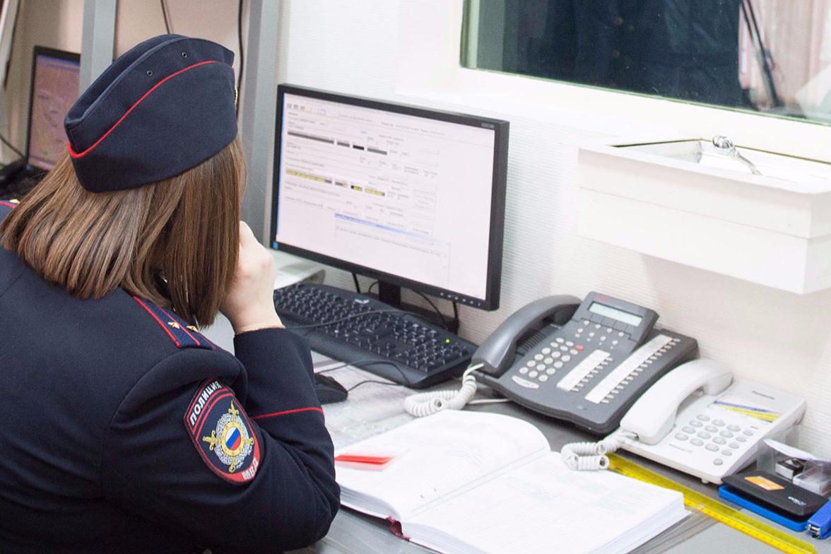 Полицейские юга столицы напоминают гражданам о возможности получения государственных услуг в электронном виде