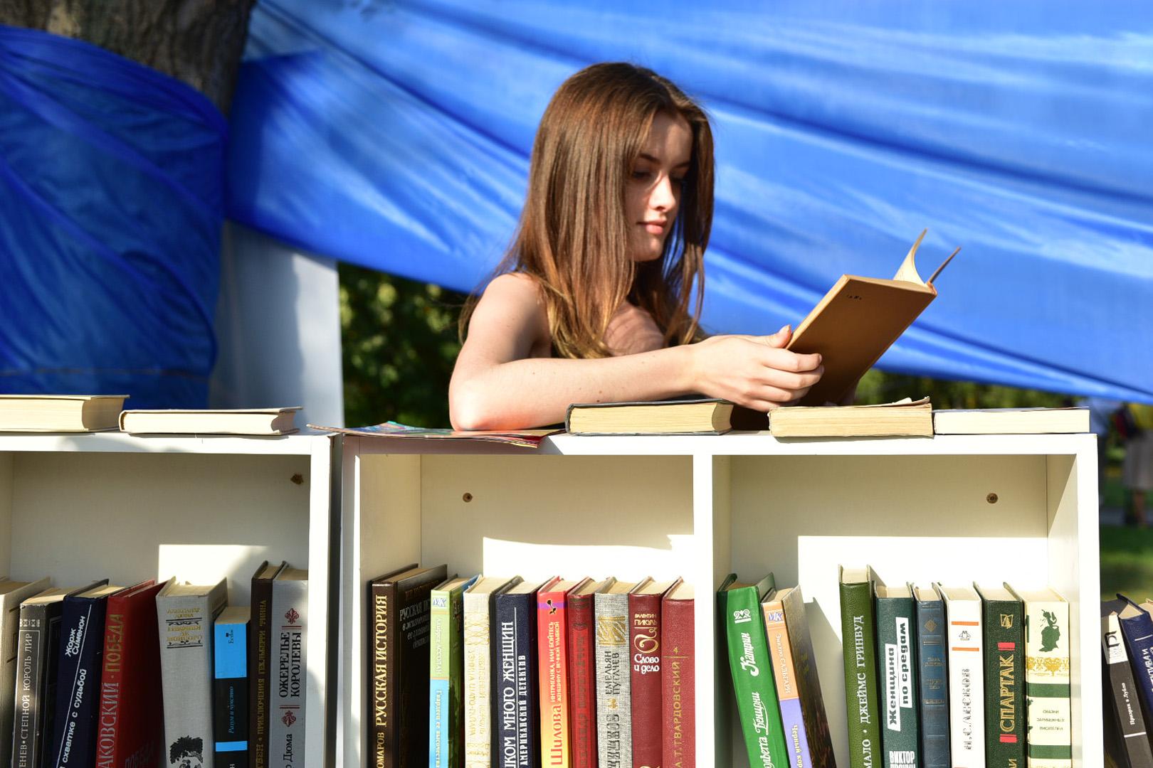 Уличная выставка «Москва читающая» открылась в Главархиве