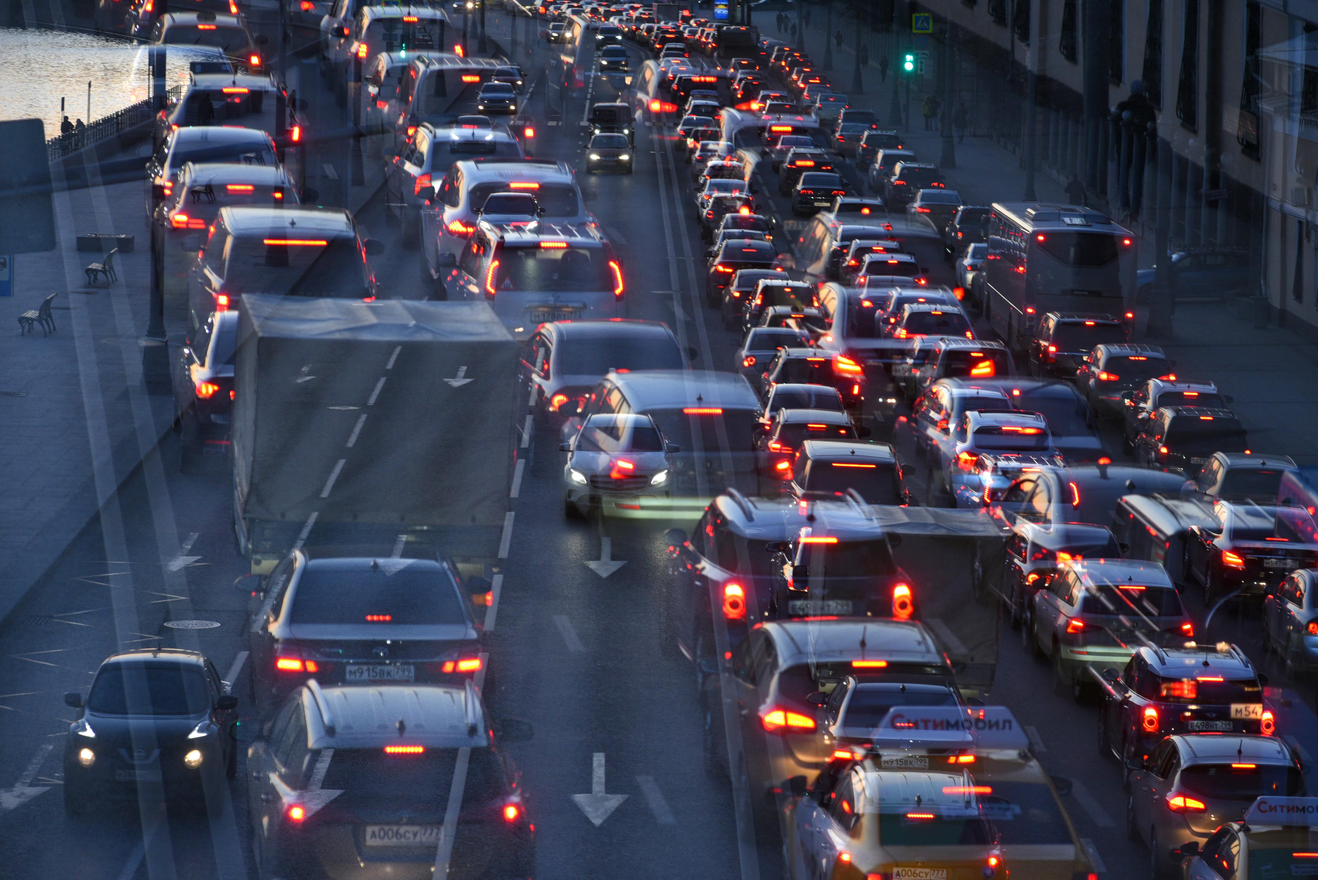 Московские водители встали в девятибалльных пробках
