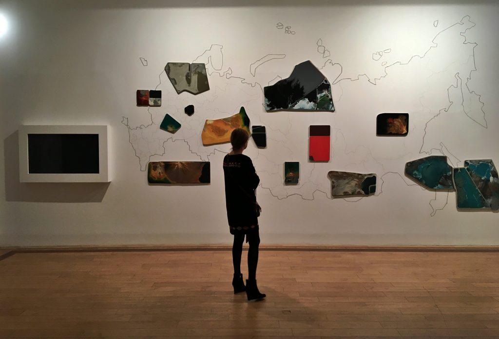 Выставку «Винзавода» пополнили работами преподавателя техникума имени Красина. Фото: Анна Быкова