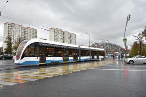 СТАЛО: Теперь проехать здесь можно свободно, а пассажиров перевозят современные трамваи (2020). Фото: Пелагия Замятина