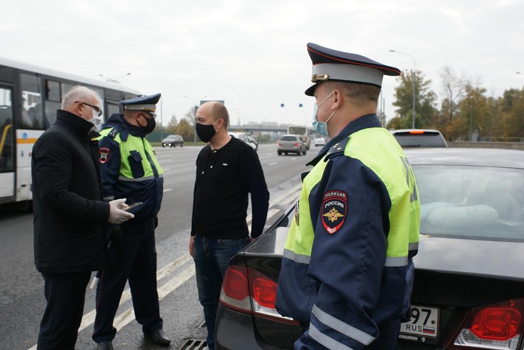 Инспекторы ОГИБДД УВД по ЮАО совместно с членами Общественного совета при УВД провели беседы и раздали памятки водителям о соблюдении Правил дорожного движения