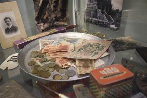 21 сентября 2020 года. Экспонаты для районного музея принесли сами жители. Среди них — советские деньги. Фото: Пелагия Замятина
