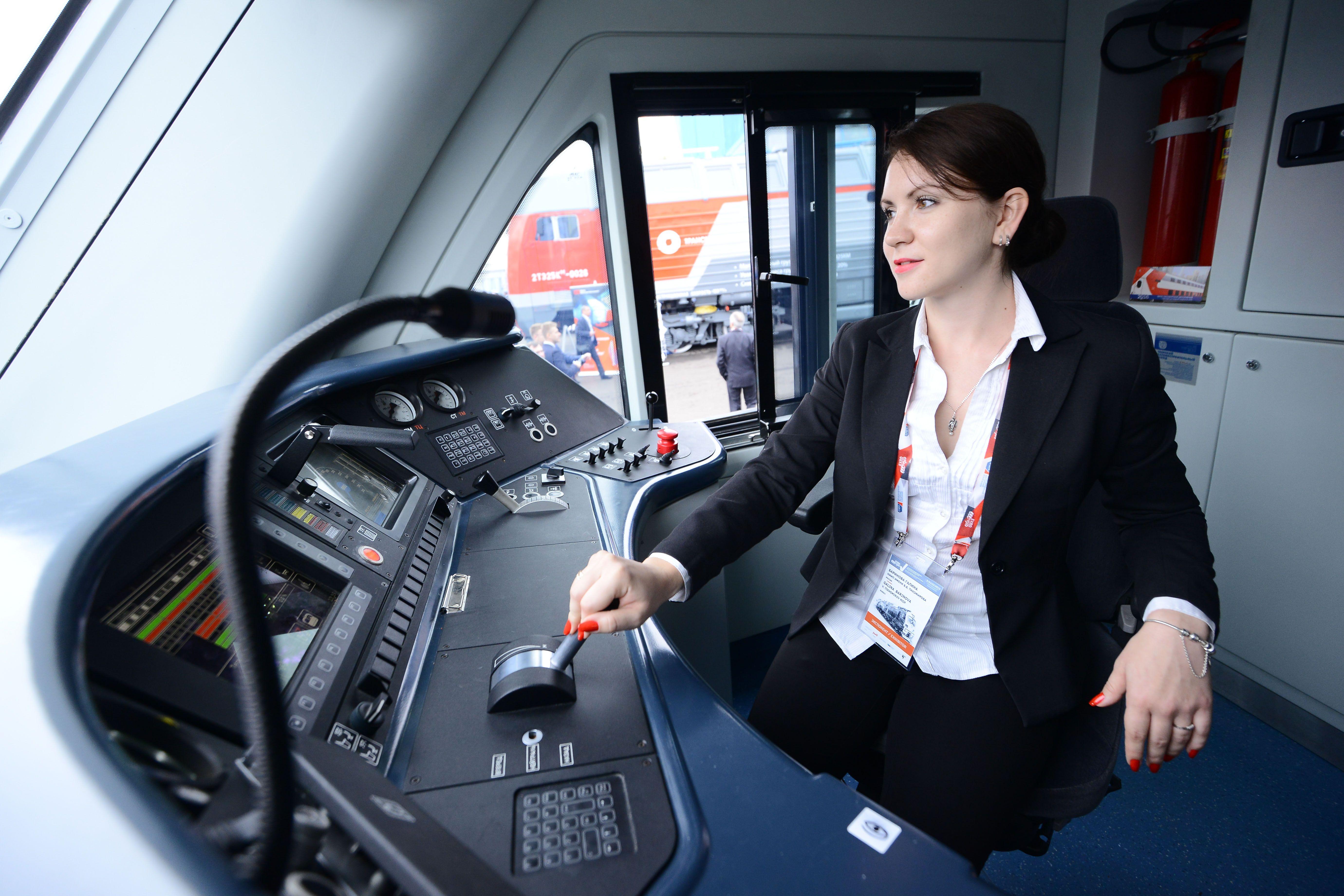 Первые женщины-машинисты начнут работу в метро Москвы в январе