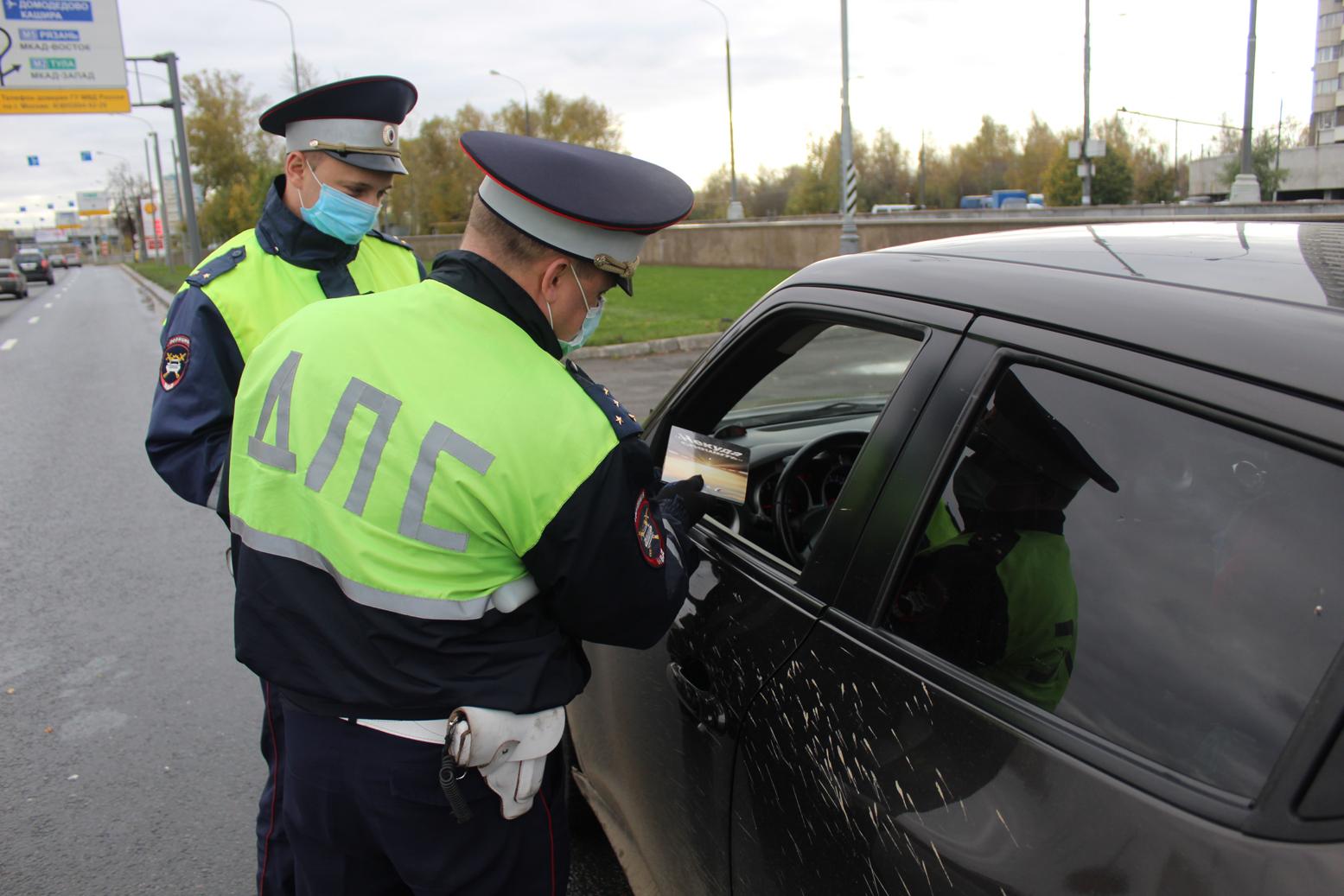 Дорожные полицейские Южного округа Москвы присоединились к поздравлениям автомобилистов