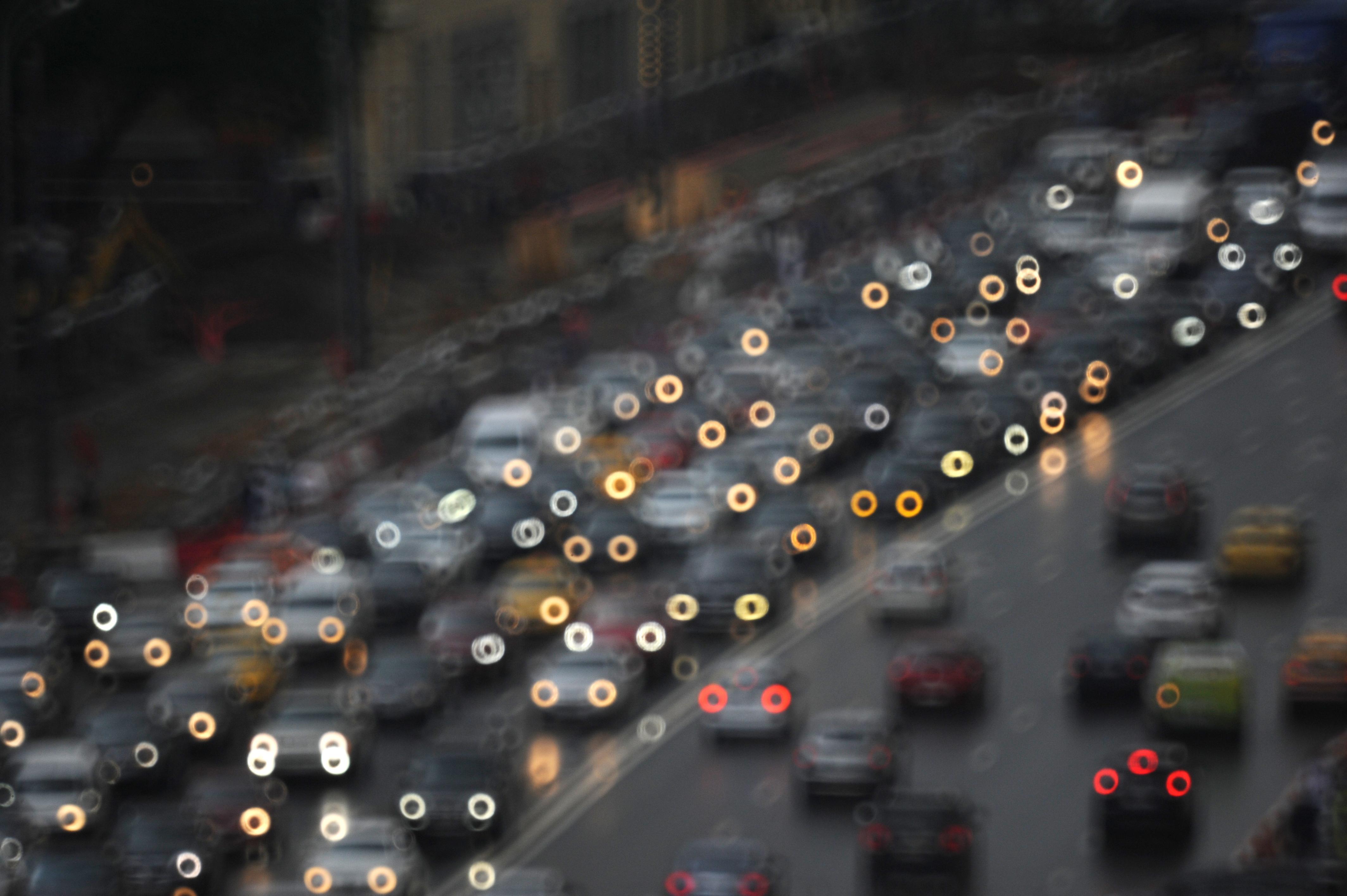 Московских водителей попросили отложить поездки до 20:00 из-за пробок