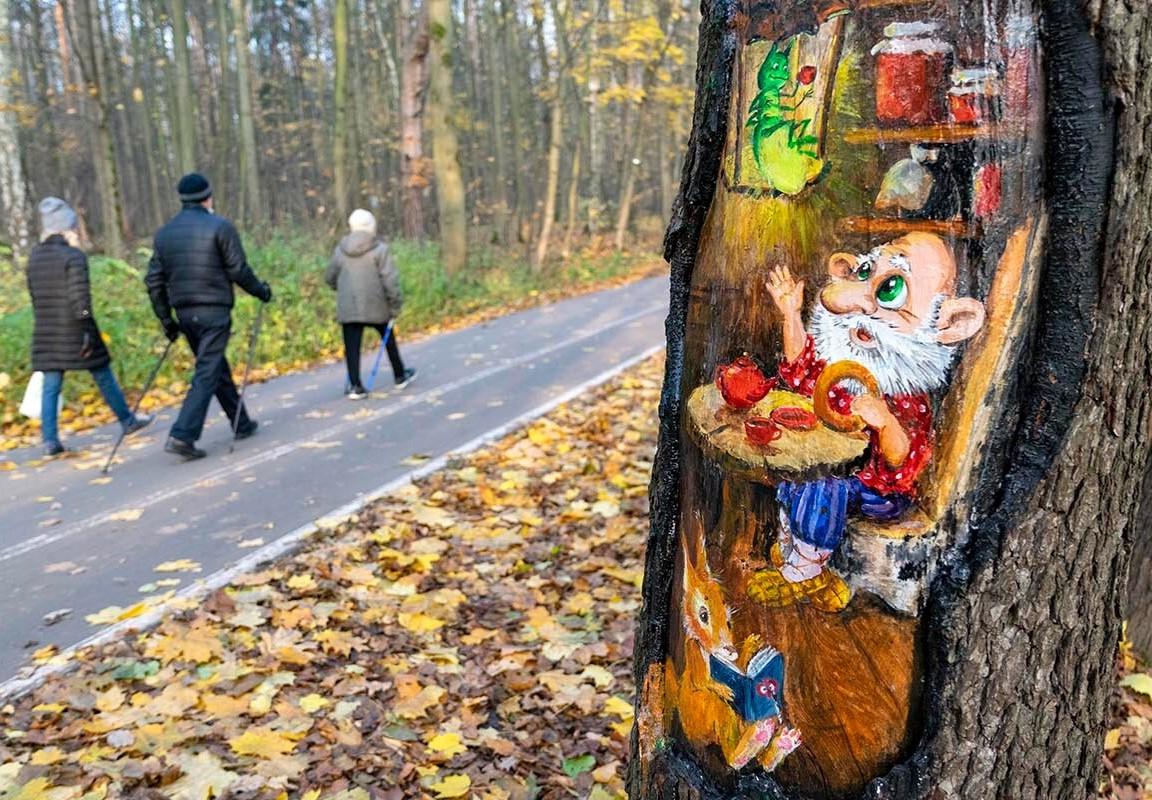 Деревья в Бирюлевском дендропарке украсили художники