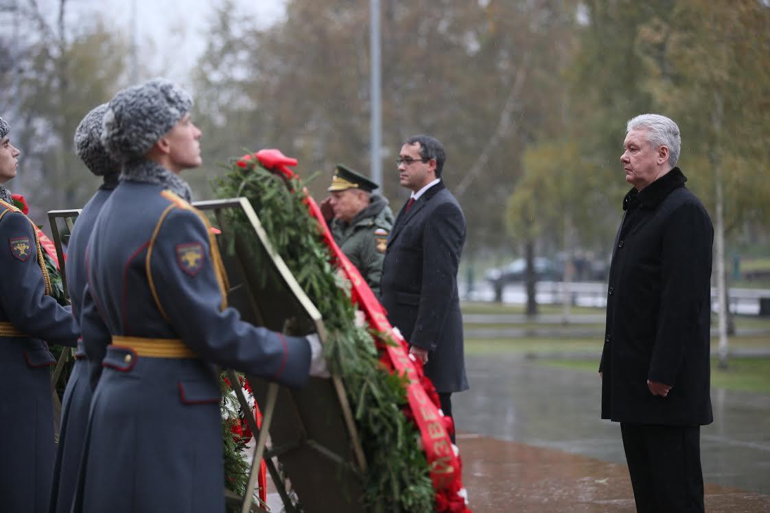 Собянин возложил цветы к Могиле Неизвестного Солдата в Александровском саду
