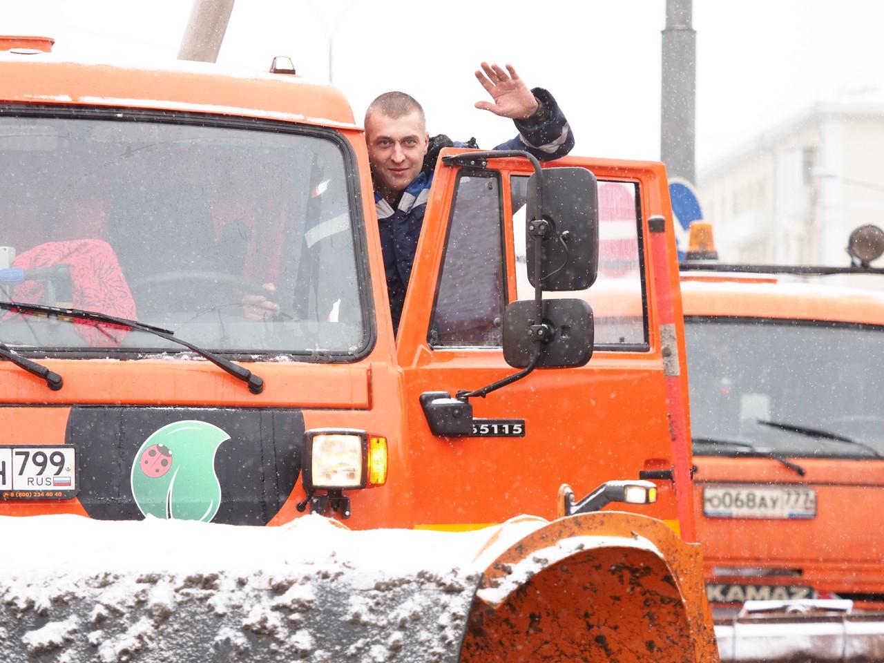 Свыше 10 единиц техники устраняют последствия снегопада в Москве