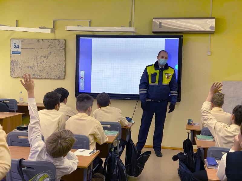 Дорожные полицейские провели занятия по безопасности дорожного движения для школьников
