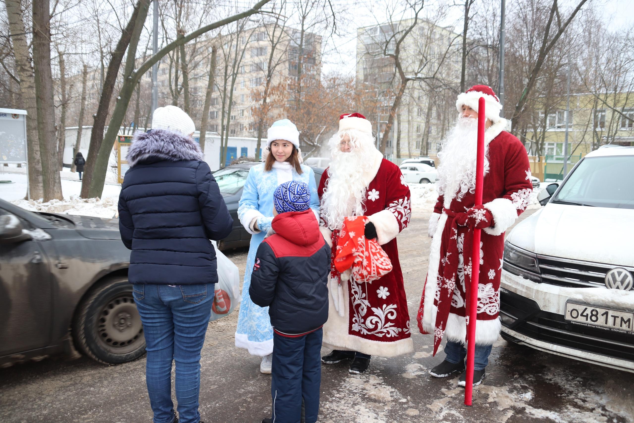 Деды Морозы и Снегурочки поздравили жителей Орехова-Борисова Южного с наступающими праздниками
