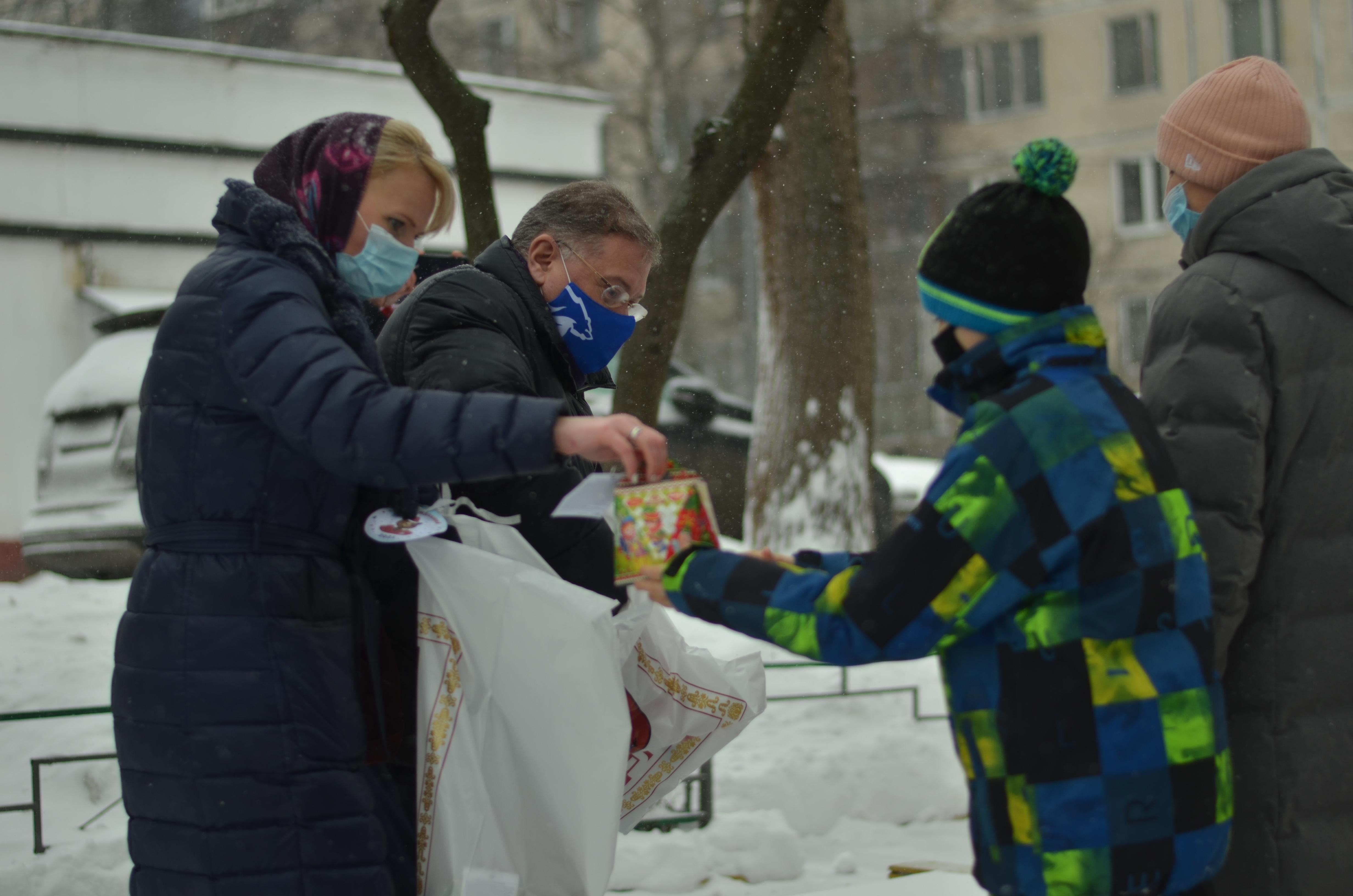 Депутат МГД Степан Орлов поздравил с наступающими праздниками семью из Южного округа