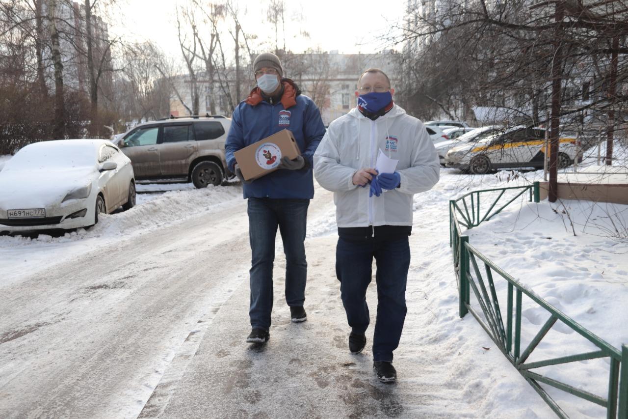 Ветераны Орехова-Борисова Южного получили подарки к Новому году