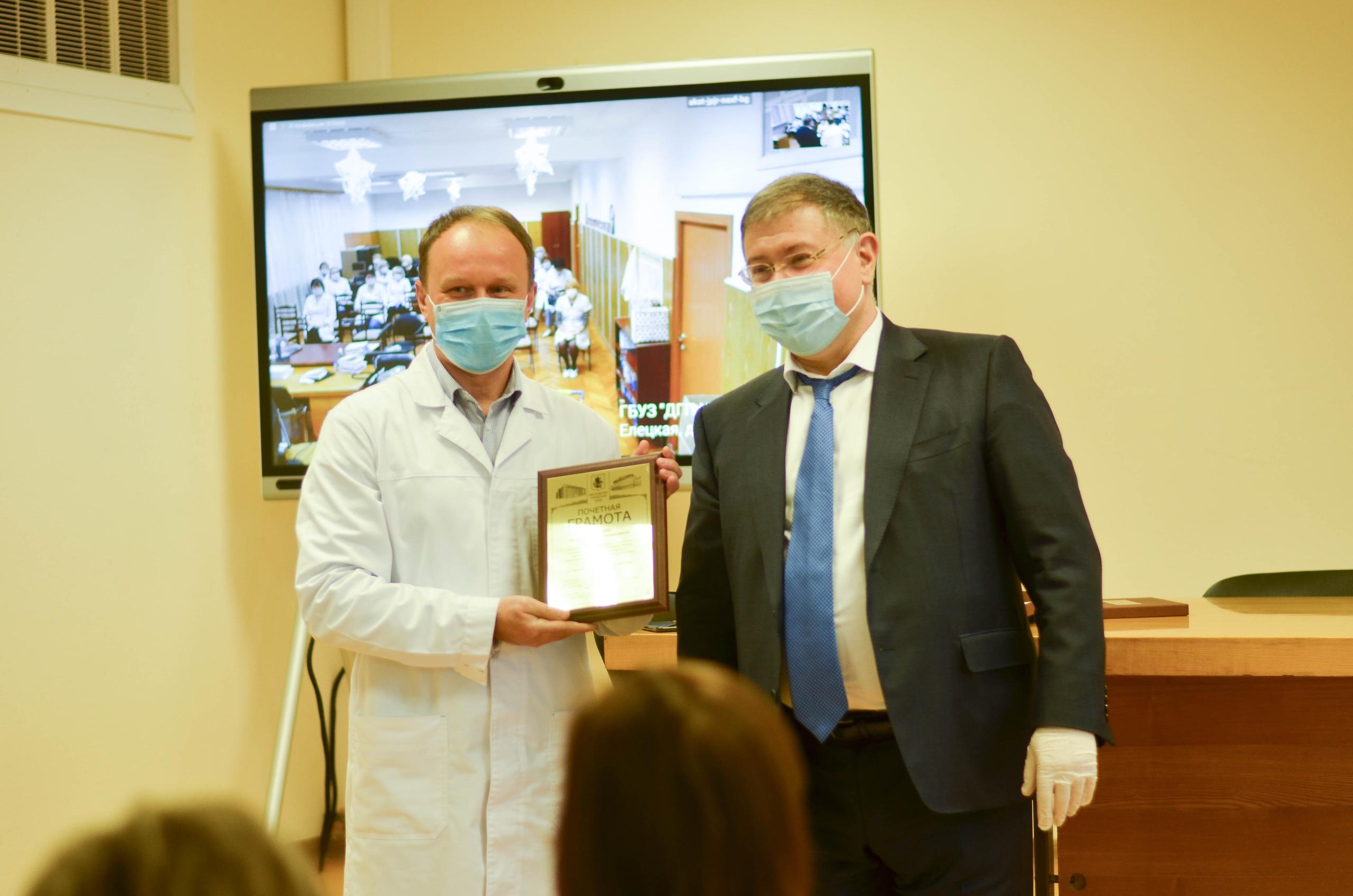 Главный врач центральной детской поликлиники №12 получил награду за многолетнее служение