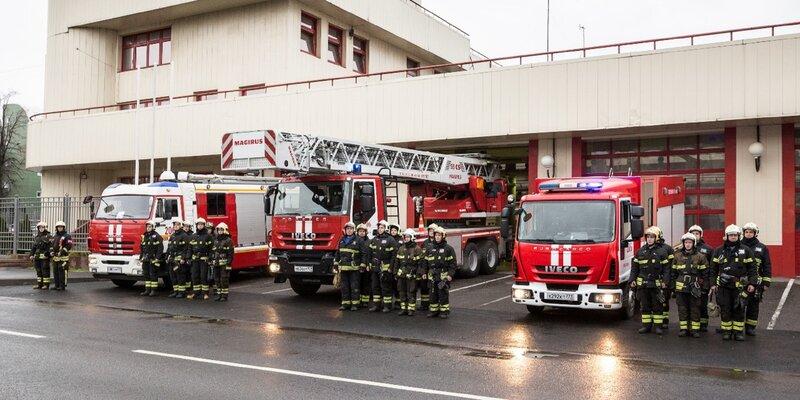Пожарные столицы поздравляют с Новым годом и предупреждают о необходимости соблюдать правила безопасности. Фото: пресс-служба ГОЧСиПБ