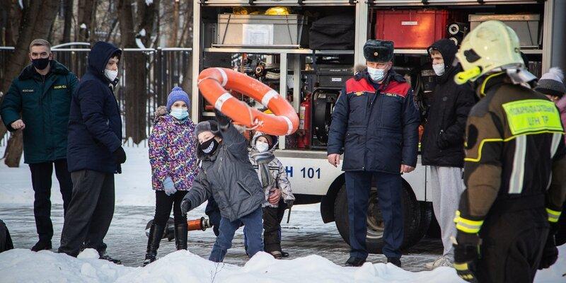 Спасатели столицы поздравили воспитанников дома детей с Новым годом