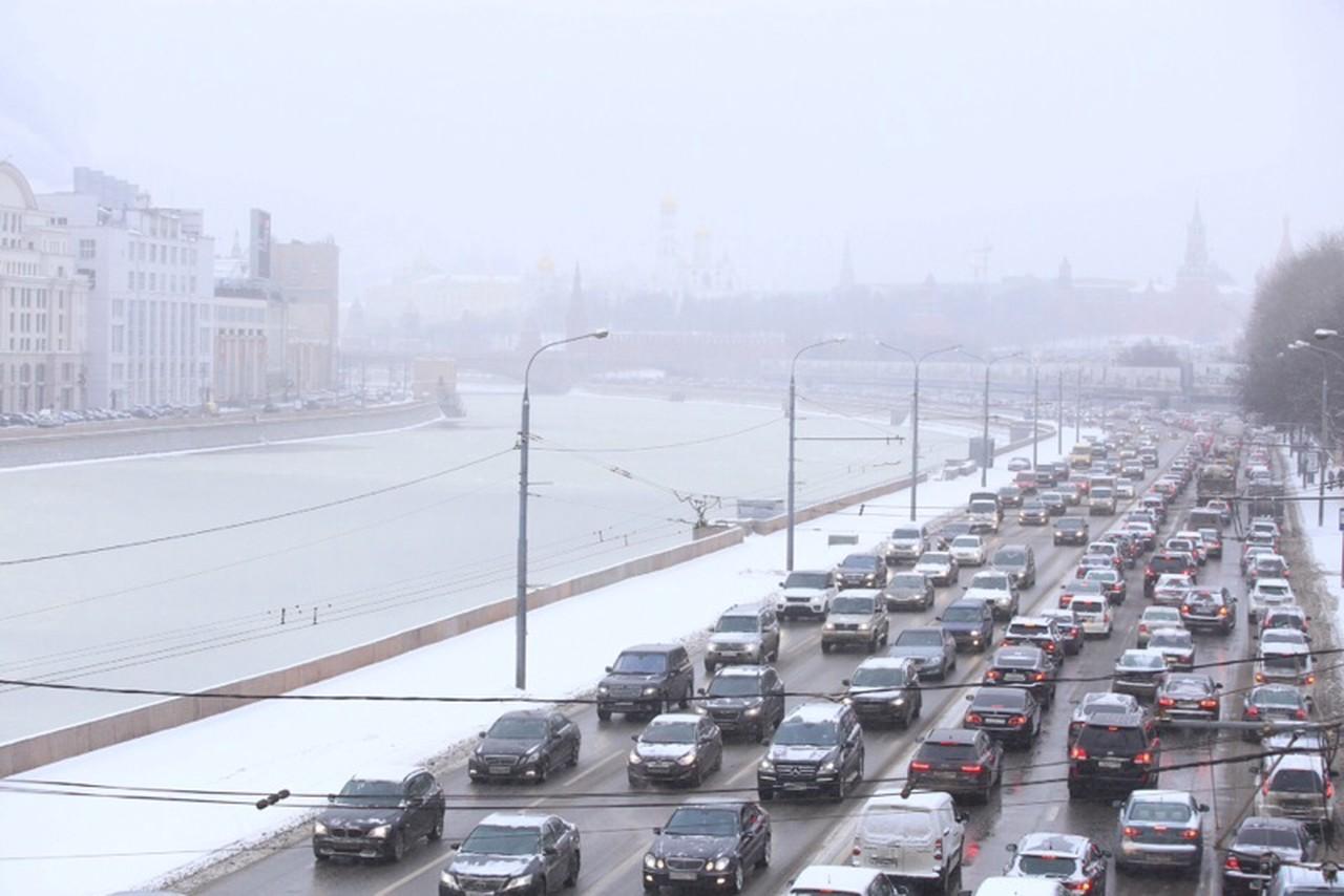 Московских водителей попросили пересесть на автобусы из-за снегопада