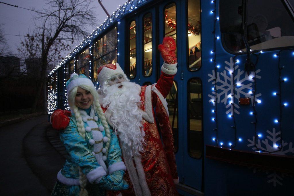 Новогодние трамваи и электробусы будут радовать москвичей до весны. Фото: Антон Гердо, «Вечерняя Москва»
