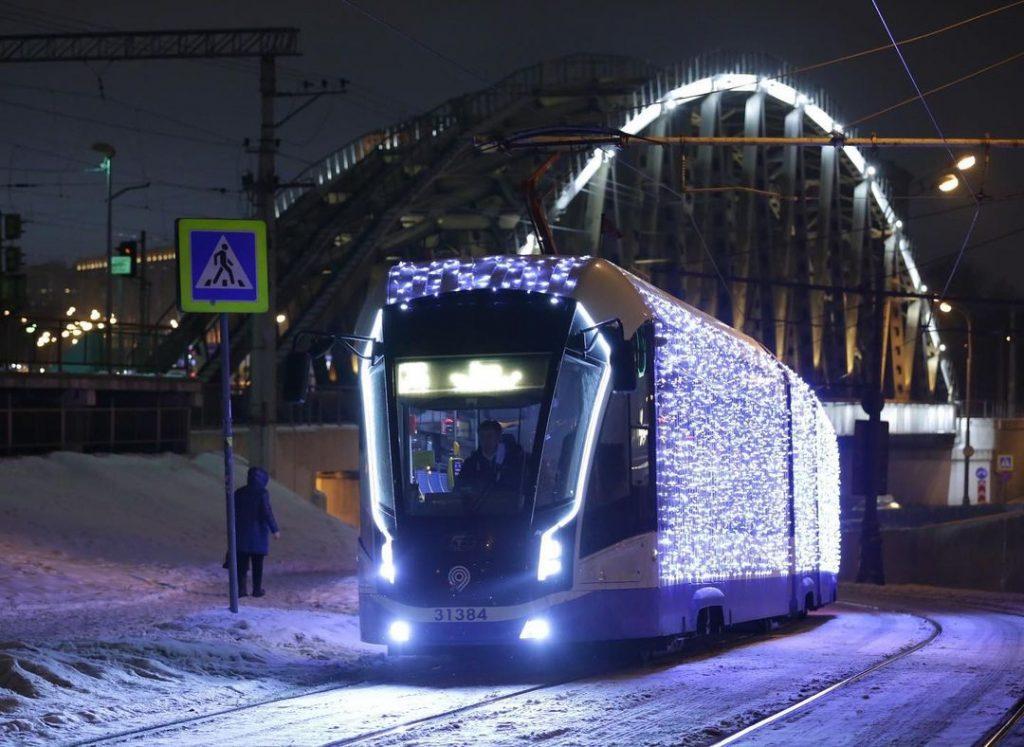 Новогодний экспресс на улицах юга. Фото: Анатолий Цымбалюк