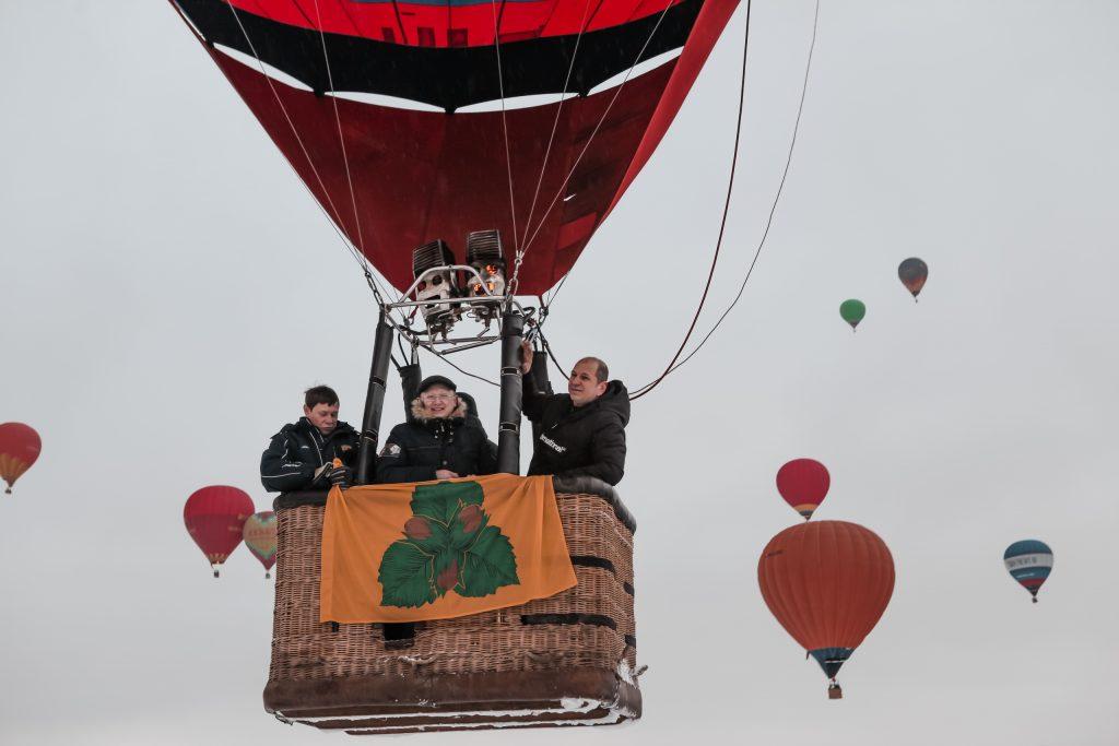 Флаг с гербом Орехова-Борисова Южного запустили в подмосковное небо. Фото: Евгения Уфимцева