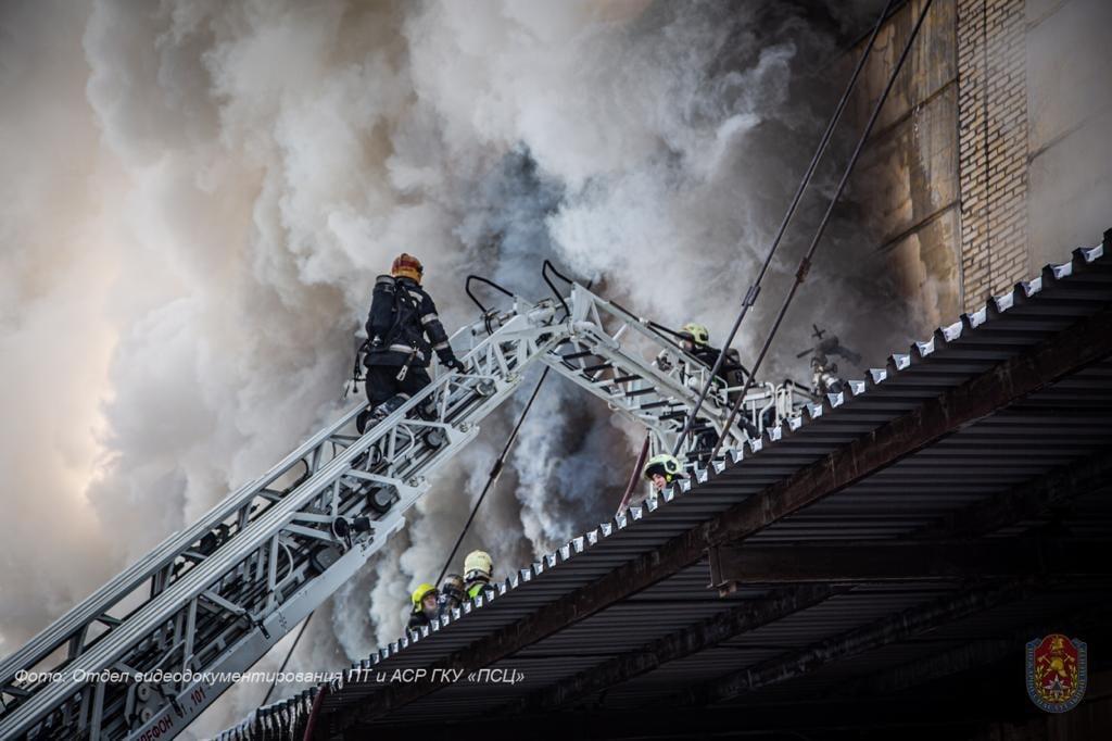 Пожарные столицы потушили склад в Царицыне