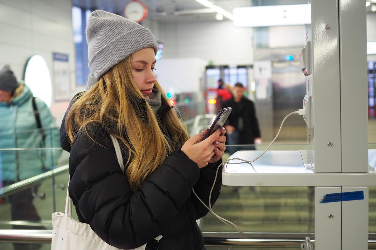 Стойки с зарядными устройствами для телефонов установили на платформах МЦК