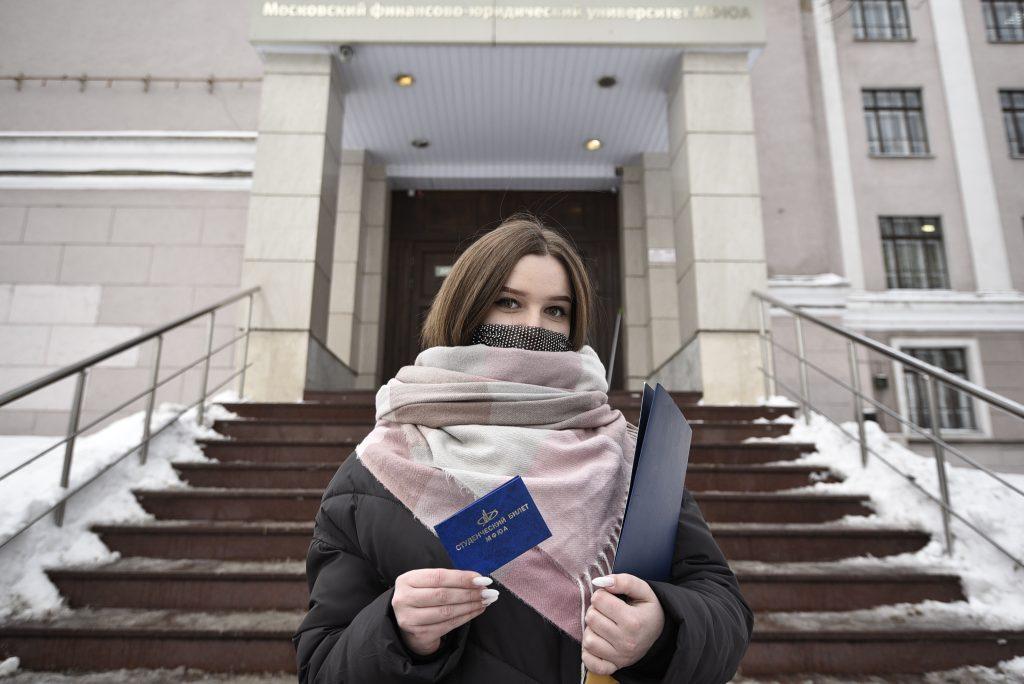 9 февраля 2021 года. Студентка Университета МФЮА Полина Белозерова рада вернуться в родной вуз. Фото: Пелагия Замятина
