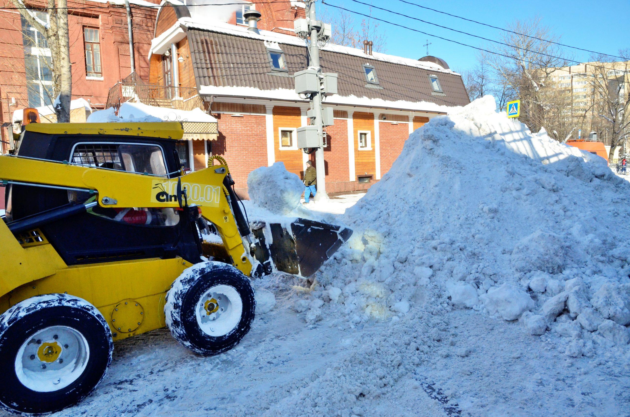 Снег со столичных улиц продолжат вывозить. Фото: Анна Быкова