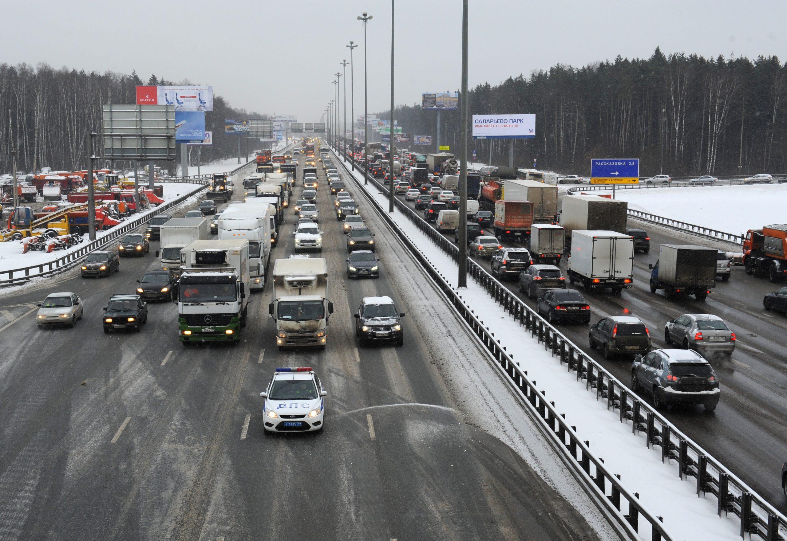 Заснеженные дороги требуют внимания. Фото: Александр Кожохин «Вечерняя Москва»