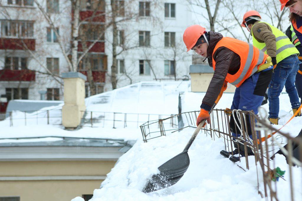 Горожанам рассказали о чистке крыш после снегопада в Москве. Фото: Алексей Орлов, «Вечерняя Москва»