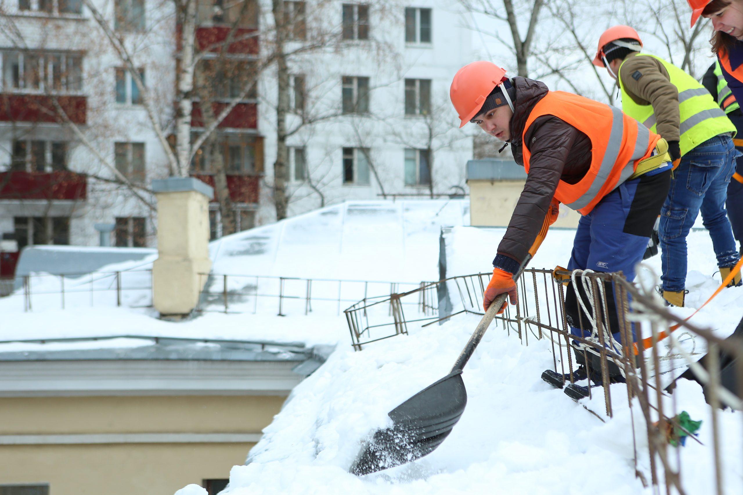 Горожанам рассказали о чистке крыш после снегопада в Москве