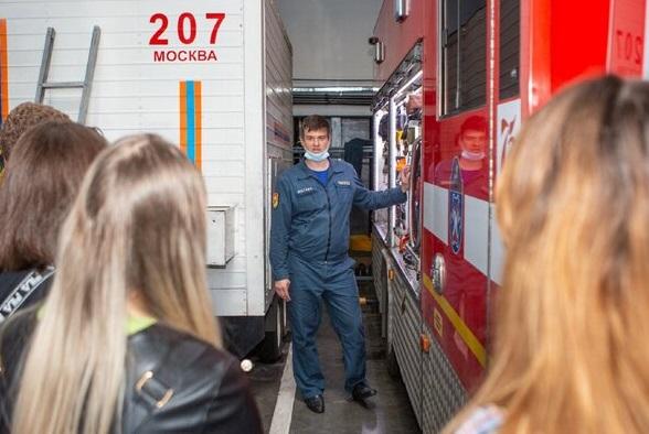 За год московские спасатели и пожарные провели занятия по правилам безопасности для 113 тысяч школьников