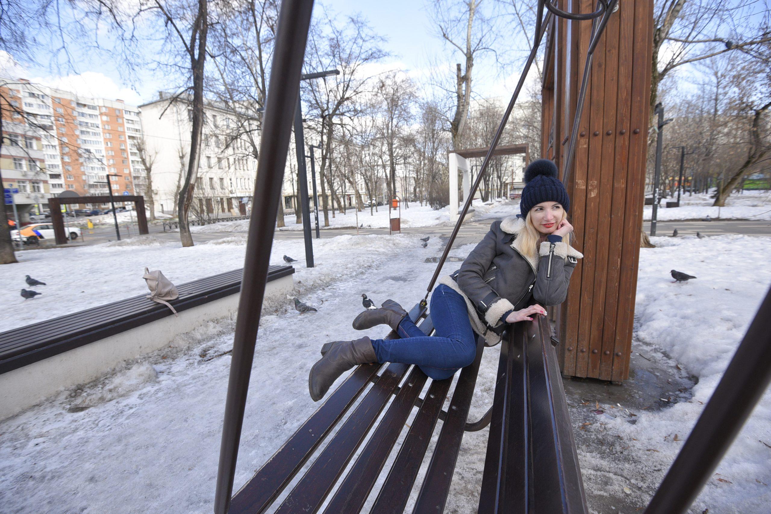 20 марта 2021 года. Москвичка Алина Гордиенко отдыхает в сквере на Хавской, рядом с Донским монастырем. Этим летом сквер реконструируют. Здесь появятся новые детская и спортплощадки, а также пешеходные дорожки, фонари, урны, скамейки, цветники и газоны Донского сквера.