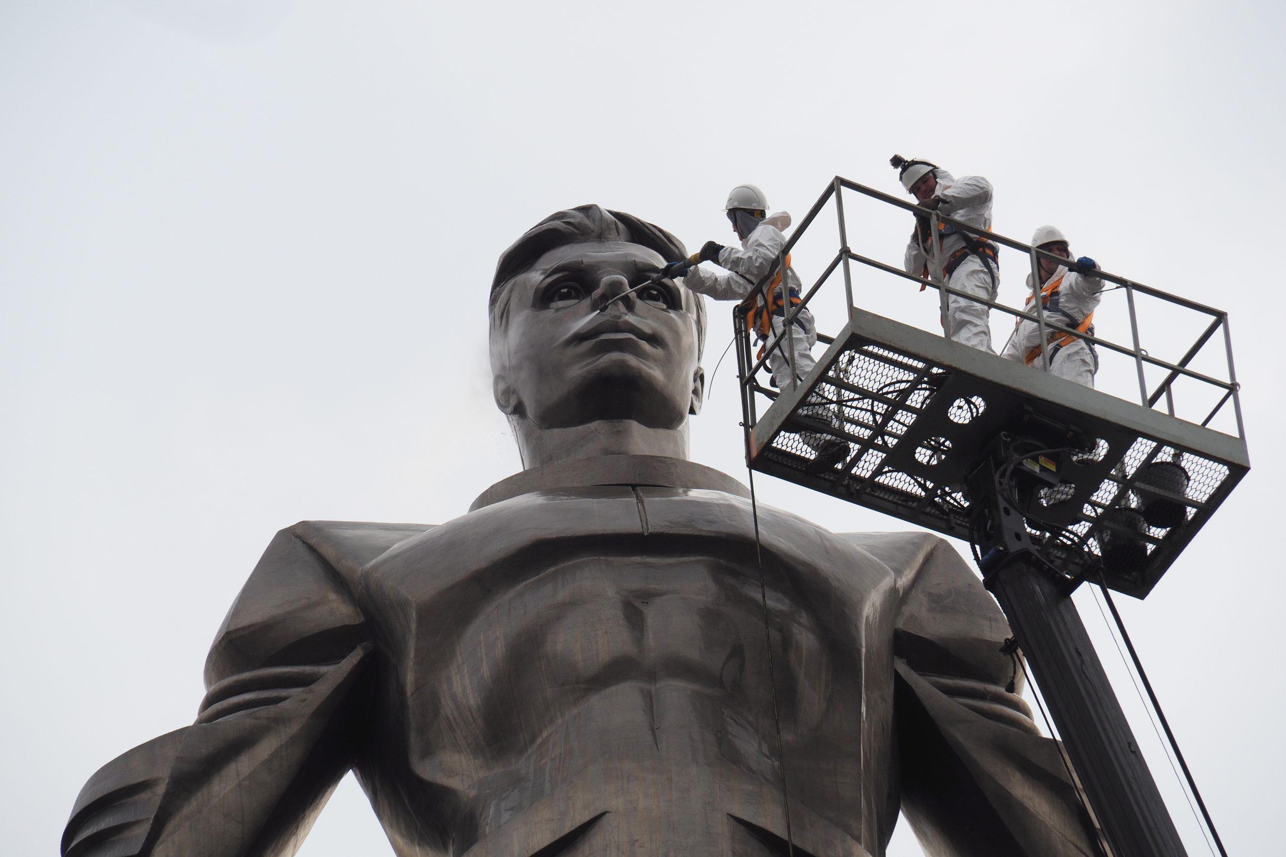 Высота монумента превышает 42 метра. Фото: Павел Волков